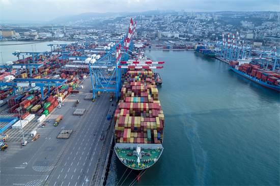 אוניה עוגנת בנמל חיפה. באתר החדש תוכלו לעקוב אחר נתוני פריקה וטעינה בזמן אמת / צילום: גיאודרונס