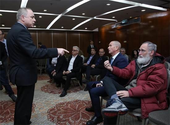 יובל שטייניץ עם קהל מצביעים כלכלה \ צילום: כדיה לוי