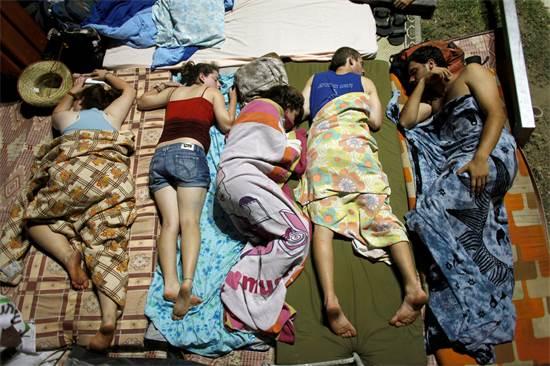 צעירים ישראלים ישנים מחוץ לאוהלים בשדרות רוטשילד בתל אביב בזמן המחאה החברתית, אוגוסט 2011 / צילום: ניר אליעס, רויטרס