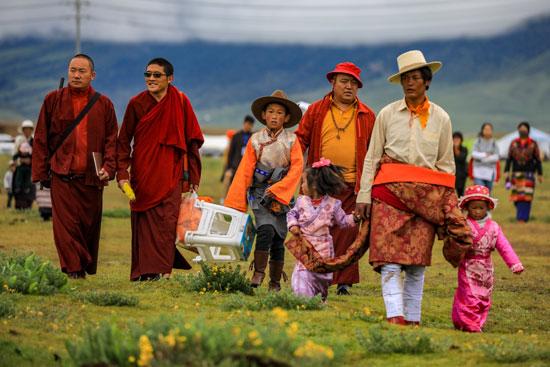 משפחות והנזירים הבודהיסטים בבגדי הארגמן שלהם/ צילום: דורון הורוביץ