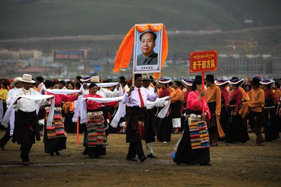 צעיפי הברכה הלבנים של הבודהיזם הטיבטי מוגשים במחוות כבוד לתמונתו של מאו/ צילום: דורון הורוביץ