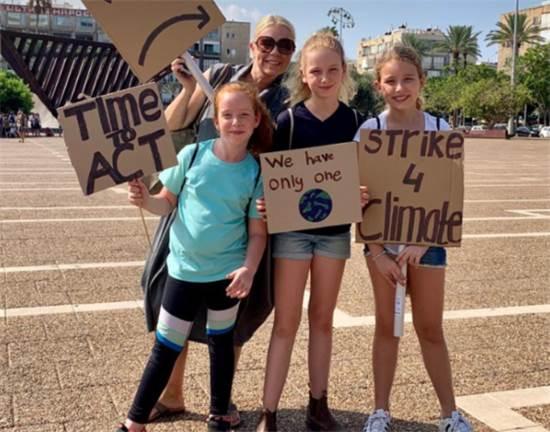לין גור, בת כיתה ו' מקיבוץ עינת יחד עם אמה ליזי, ואחיותיה אמי וסופיה / צילום: שני אשכנזי, גלובס