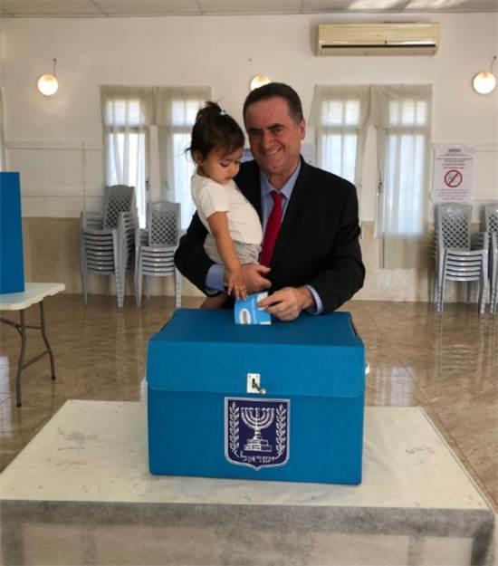 """ישראל כ""""ץ מצביע / צילום: יח""""צ"""