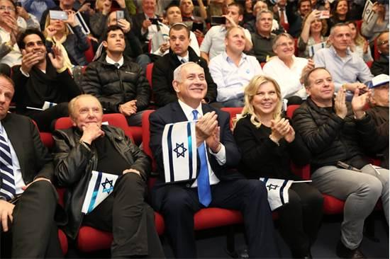 ראש הממשלה נתניהו ורעייתי צופים בשיגור החללית בראשית \ צילום: תעא