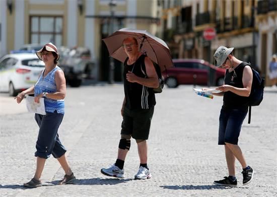 תיירים בגל החום בספרד \ צילום: REUTERS/Jon Nazca