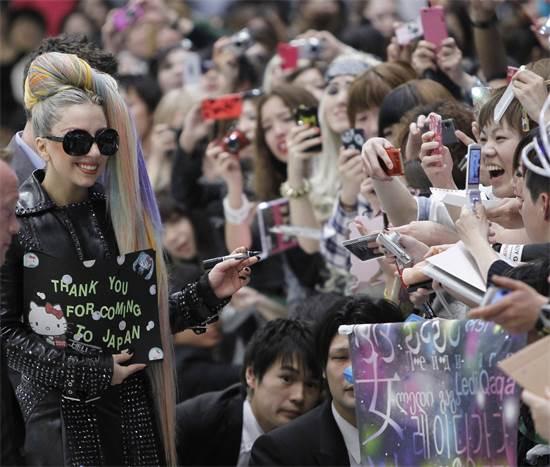 ליידי גאגא. המעריצות התחזו לאימהות מהפרברים והגיעו לתחנות הרדיו / צילום: Toru Hanai, רויטרס
