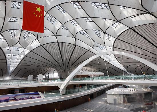מבט מבפנים לטרמינל של נמל התעופה הגדול ביותר בעולם Daxing בבייג'ינג, סין / צילום: shutterstock, שאטרסטוק