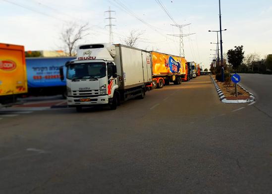 שיירת משאיות עומדות בכניסה למרכז ההפצה בשוהם, עקב חסימה של עובדי אסם  / צילום: דוברות ההסתדרות