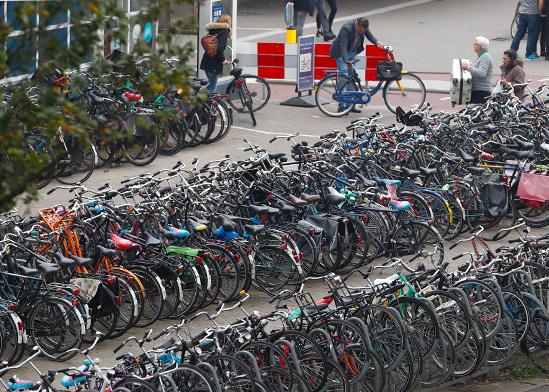 חניית אופניים באמסטרדם / צילום: רויטרס