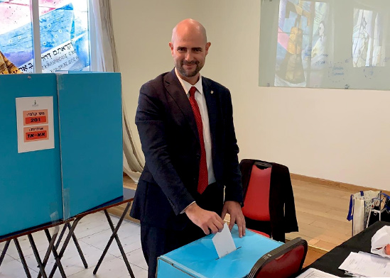 """שר המשפטים, עו״ד אמיר אוחנה, מצביע בבחירות לראשות לשכת עורכי הדין בקלפי, בית ציוני אמריקה  / צילום: יח""""צ"""