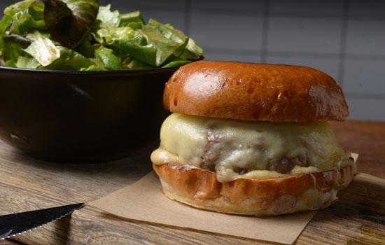 צ'יזבורגר / צילום: איל יצהר