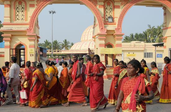צלייניות בלבוש אדוםנוהרות למקדשה של אום שקטי/ צילום: יותם יעקובסון