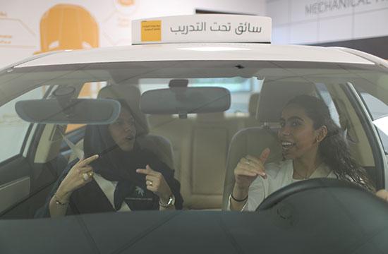 אישה סעודית מתכוננת בפעם הראשונה לשיעור נהיגה / צילום: Ahmed Jadallah, רויטרס