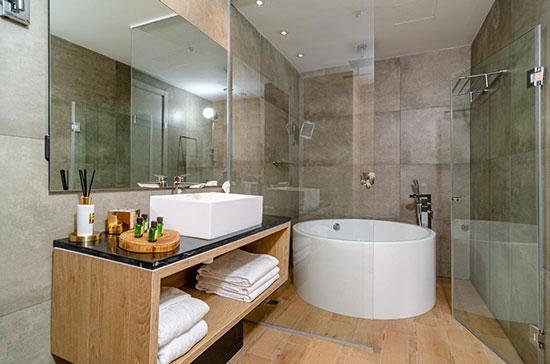 """חדר האמבטיה במלון """"קדם"""" במורדות יערות הכרמל של קבוצת """"שתית"""" / צילום: רון שלף"""