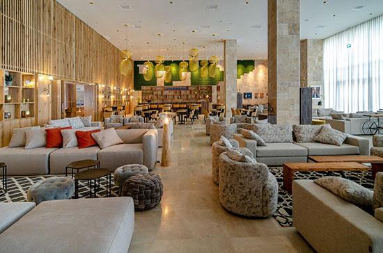 """הלובי במלון """"קדם"""" במורדות יערות הכרמל של קבוצת """"שתית"""" / צילום: רון שלף"""
