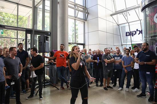 מאיה יניב ממארגני ההפגנה בסלקום / צילום: כדיה לוי