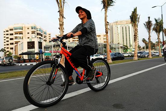 המעצבת הסעודית, אמן ז'והרז'י רוכבת על האופניים בטרנינג בג'דה. / צילום: Zohra Bensemra, רויטרס