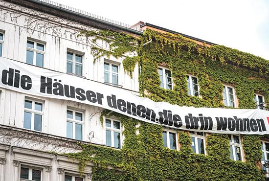 """""""הבתים לתושבים"""". שלט על בניין בברלין  / צילום: shutterstock, שאטרסטוק"""