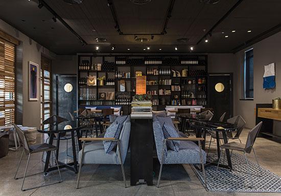 לובי מלון בצלאל / צילום: סיון אסקין