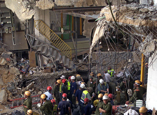 אסון ורסאי. עד היום נסקרו 1,400 מבנים / צילום: רויטרס