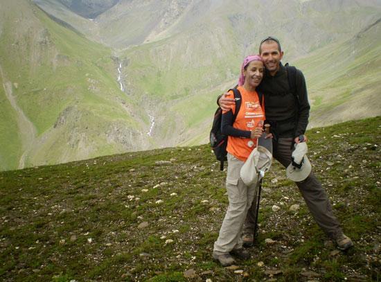 """""""לטפס בלי לראות"""". דינה דואדי עם המלווה שלה בטיפוס על הקילימנג׳רו / צילום: אלבום פרטי"""