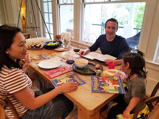 משפחת צוקרברג בסדר פסח בבית בפאלו אלטו / צילום: חשבון האינסטגרם של מארק צוקרברג