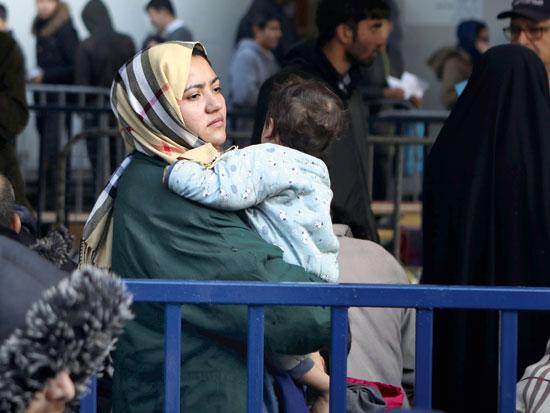 פליטים ממתינים לתורם לרישום / צילום: רויטרס - Elias Marcou