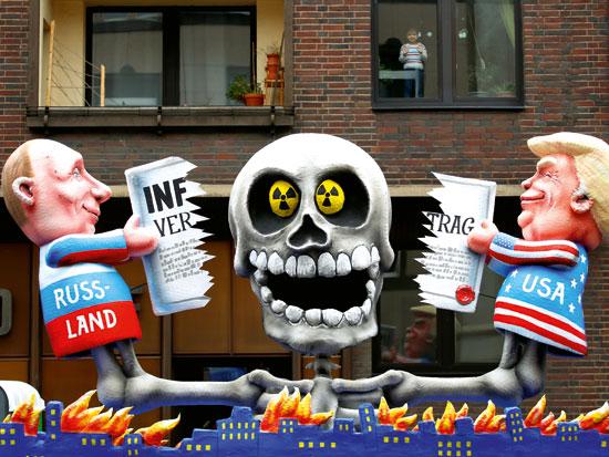 מיצג במצעד בדיסלדורף, גרמניה, המדמה את הנשיאים פוטין וטראמפ מפרקים את האמנה הבינלאומית לפירוק הנשק הגרעיני / צילום: רויטרס - Wolfgang Rattay