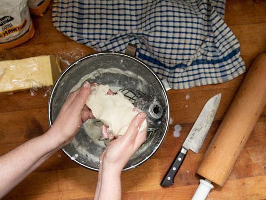 מיכל בוטון מכינה חמאה במסעדת בסטה בתל אביב / צילום: כפיר זיו
