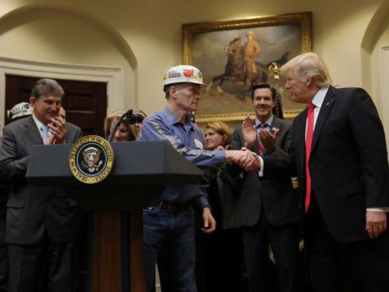 טראמפ ונציגי כור הפחם/ צילום: רויטרס  Carlos Barria