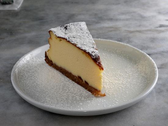 עוגת גבינה אפויה ברוטב קרמל/ צילום: איל יצהר