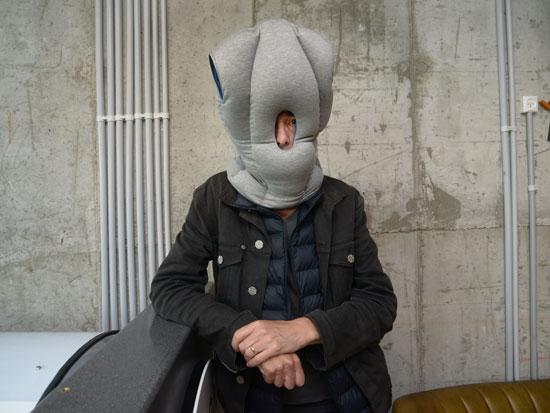 דרור פויר עם אביזר נמנום/ צילום: אייל יצהר