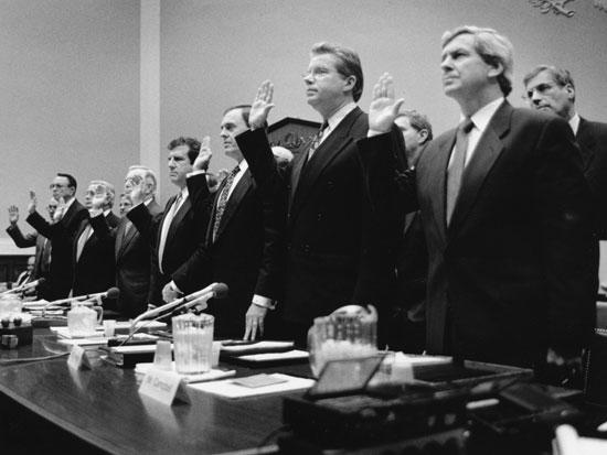 מנכלי חברות הטבק בוועדת הבריאות והסביבה של הקונגרס האמריקאי ב1984 / צילום: Gettyimages ישראל