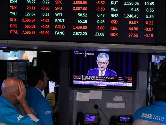 סוחרים צופים ביור הפד ג'רום פאואל/ צילום: רויטרס BRENDAN-MCDERMID