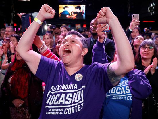אחד מתומכיה של אוקסיו קורטז/ צילום: Andrew-Kelly-REUTERS