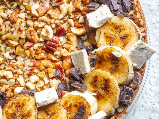 עוגת חלבה בננות וקרם שקדים/ צילום: אסף קרלה