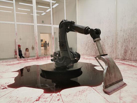 עבודה של צמד אמנים סינים  שבנו מפלצות מכניות שיוצרות מרחץ דמים/ צילום: חגית פלג רותם