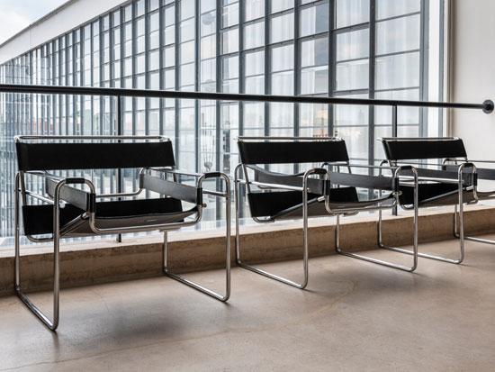 כיסאות בעיצוב באוהאוסיעל רקע קיר זכוכית / צילום: shutterstock