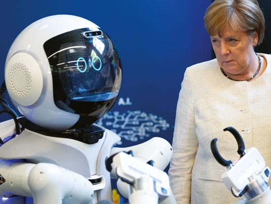 קנצלרית גרמניה, אנגלה מרקל, ורובוט 'אכפתיות' במינכן / צילום: Gettyimages ישראל