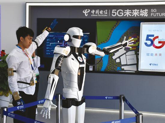 רובוט סיני מחקה תנועה של אדם הלבוש בחליפה חושית / צילום: Gettyimages ישראל