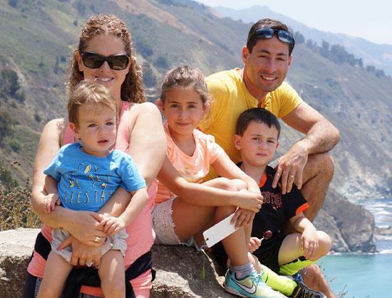 """ד""""ר אמיר קרשנוביץ' ומשפחתו / צילום פרטי"""