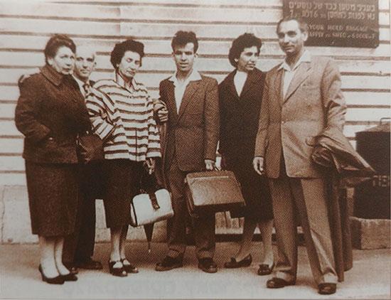 """אלי פישר (במרכז) ואשתו דבורה בדרך לארה""""ב / צילום: אלבום פרטי"""