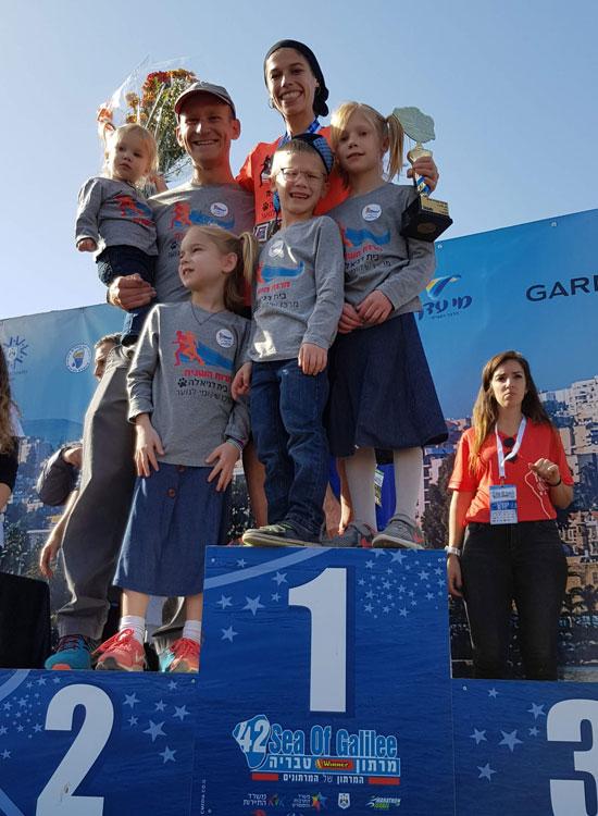 ביטי דויטש ומשפחתה / צילום:  איל יצהר