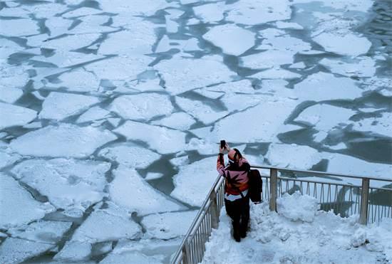 """נהר קפוא בשיקגו במהלך גל הקור בארה""""ב /צילום: REUTERS/Pinar Istek TPX"""
