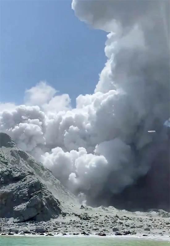 התפרצות הר הגעש בניו זילנד / צילום: @SCH, רויטרס