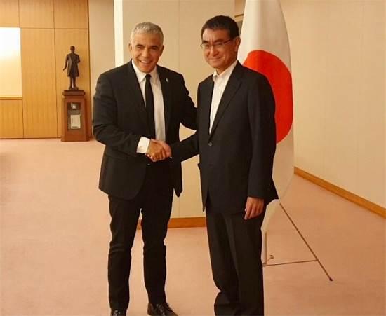 """שר החוץ היפני, טארו קונה וח""""כ יאיר לפיד / צילום: תמונה פרטית"""