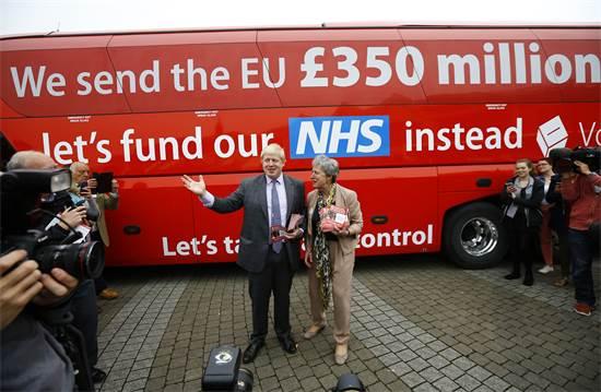בוריס ג'ונסון ואוטובוס עם פרסומת בעד הברקזיט / צילום: Darren Staples, רויטרס