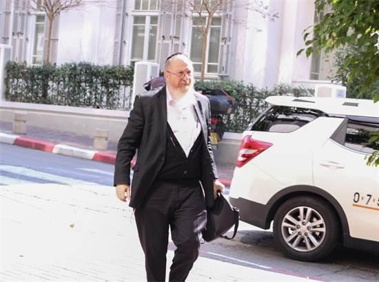 """רו""""ח מנחם ויינברג בכניסה לחקירה ברשות ניירות ערך \ צילום: כדיה לוי"""