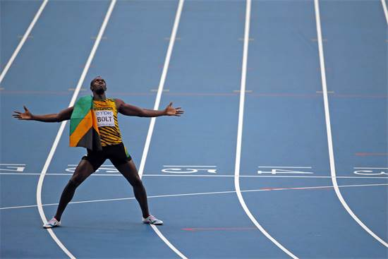 יוסיין בולט, שיאן העולם בריצות 100 ו-200 מטרים, חוגג עוד מדליית זהב באליפות העולם באתלטיקה במוסקבה, אוגוסט 2013 / צילום: Phil Noble, רויטרס