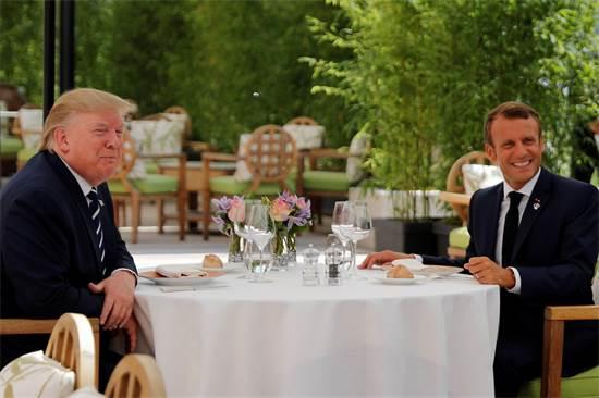 הנשיא מקרון והנשיא טראמפ יושבים לארוחת בוקר / צילום: קרלוס באריה, רויטרס